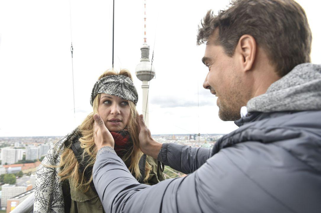 Wird Mila (Susan Sideropoulos, l.) für Jo (Raphael Vogt, r.) den Absprung machen? - Bildquelle: Claudius Pflug Sixx