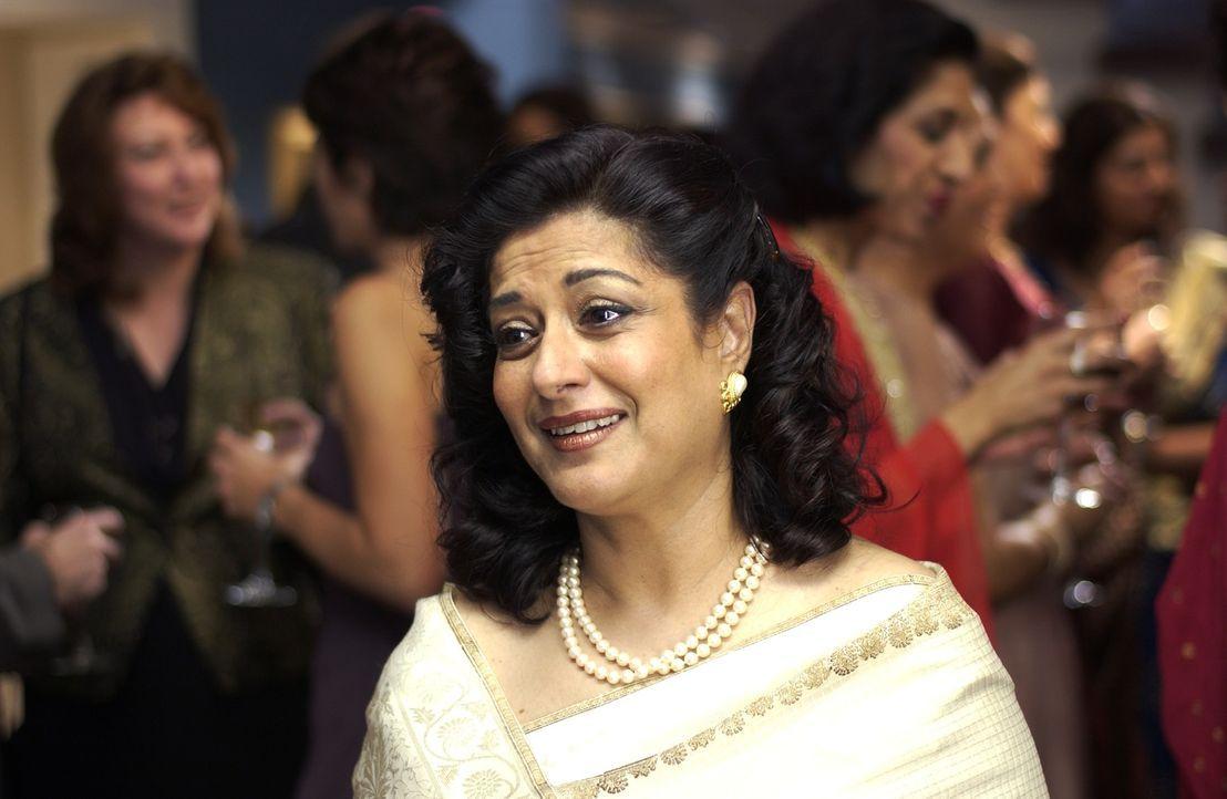 Rahuls Mutter Mummy-ji (Moushumi Chatterjee) droht ihm, seine Schwester erst zu verheiraten, wenn er unter der Haube ist. Da Rahul jedoch eine Ameri... - Bildquelle: Universum Film