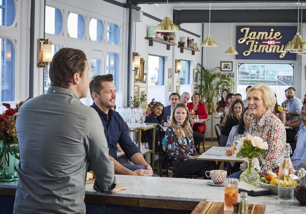 (v.l.n.r.) Jamie Oliver; Jimmy Doherty; Mary Berry - Bildquelle: Steve Ryan 2019 Jamie Oliver Enterprises Ltd. / Steve Ryan