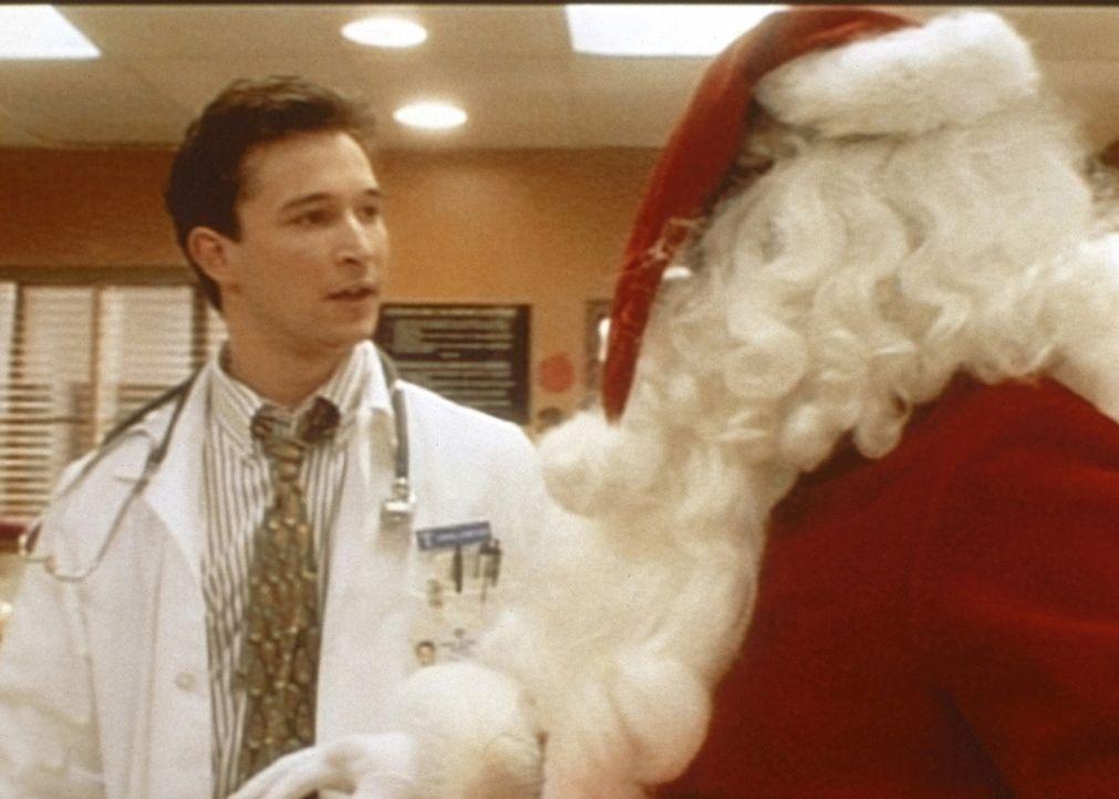 John Carter (Noah Wyle, l.) versucht, dem erkrankten Santa Claus zu helfen. - Bildquelle: TM+  WARNER BROS.