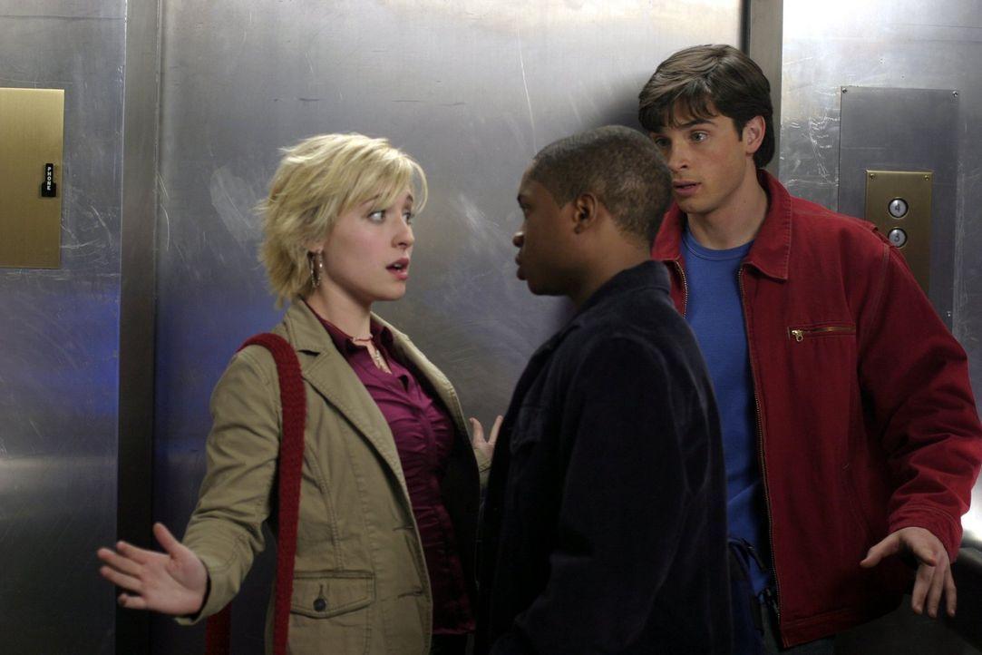 Als Clark (Tom Welling, r.) und Pete (Sam Jones, M.) Chloe (Allison Mack, l.) treffen, ahnen sie noch nicht, dass das Gas, dem Chloe bei Luther Corp... - Bildquelle: Warner Bros.