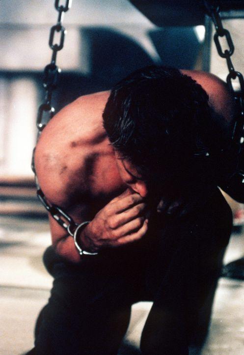 Angel (David Boreanaz), der auf die Erde zurückgekehrt ist, wurde von Buffy in Ketten gelegt. - Bildquelle: TM +   2000 Twentieth Century Fox Film Corporation. All Rights Reserved.