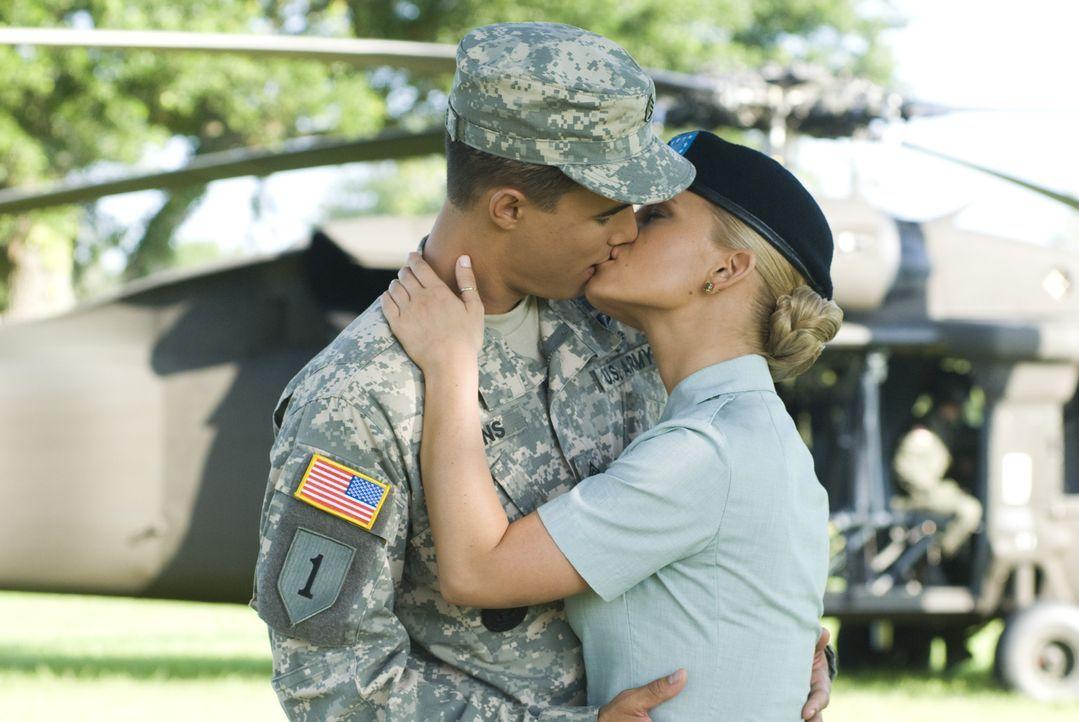Bei der Abschlussfeier der U.S.Army Grundausbildung zeigt sich der sonst so strenge Sergeant Evans (Ryan Sypek, l.) von seiner weichen Seite und küs... - Bildquelle: 2007 MAJOR PRODUCTIONS, INC.