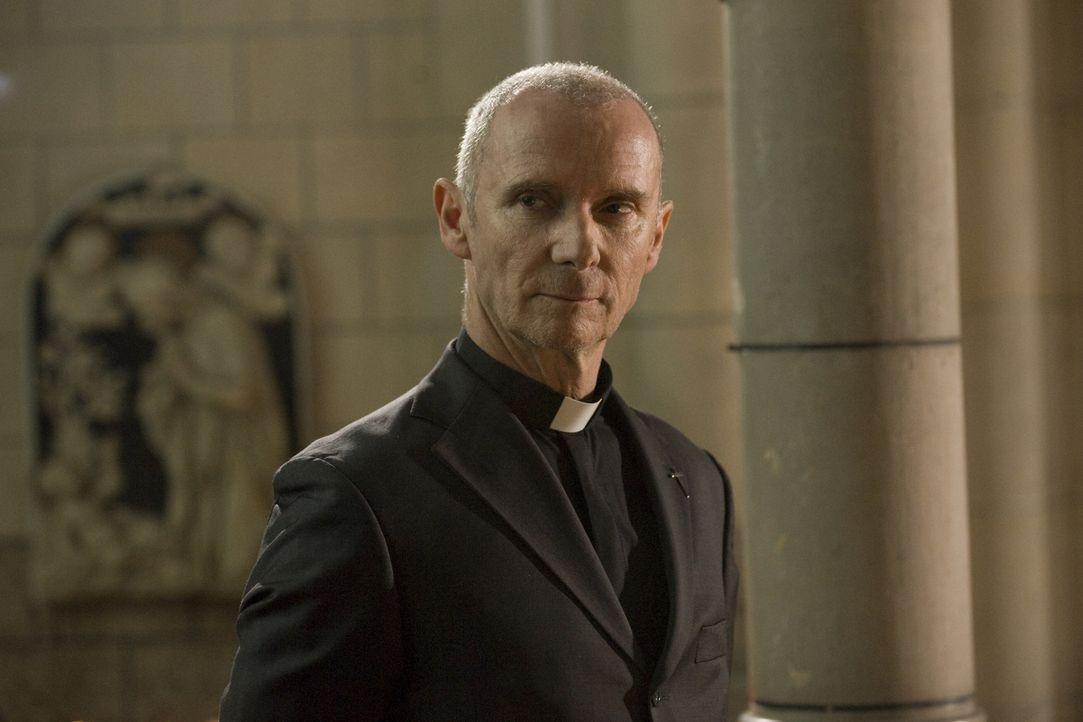 Hat Pastor Stanislas (Geoffroy Thiebaut) etwas mit dem Tod einer jungen Frau in seiner Kirche zu tun? - Bildquelle: Jaïr Sfez 2012 BEAUBOURG AUDIOVISUEL