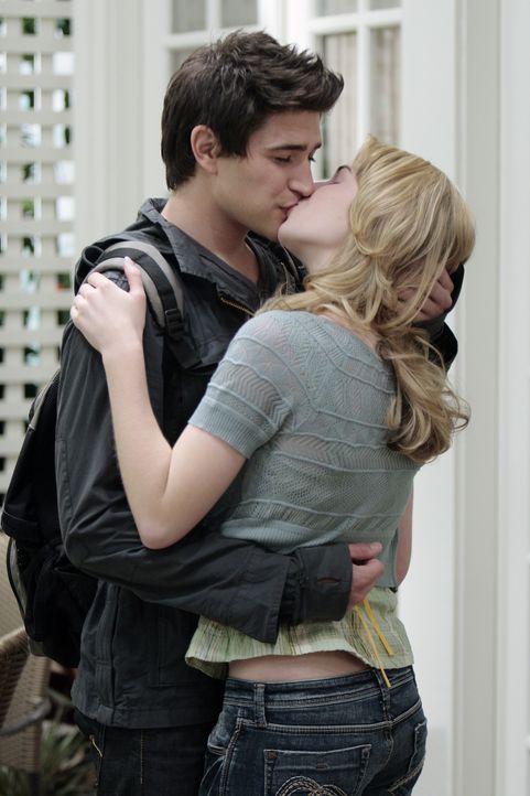 Das Warten hat ein Ende: Endlich kommt es zum ersten Kuss zwischen Kyle (Matt Dallas, l.) und Amanda (Kirsten Prout, r.) ... - Bildquelle: TOUCHSTONE TELEVISION