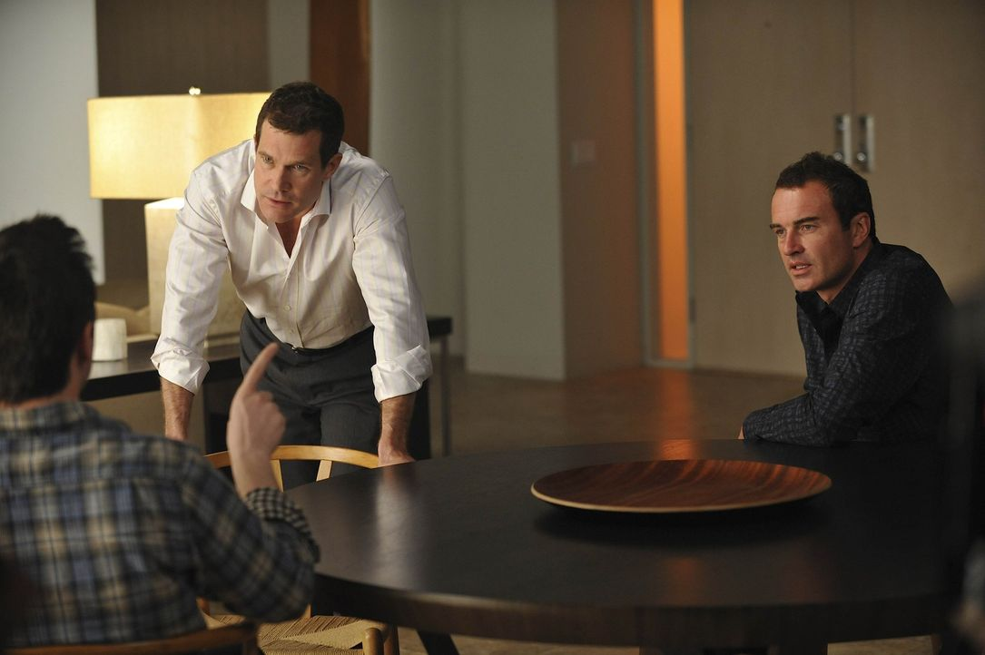 Während Sean (Dylan Walsh, M.) und Christian (Julian McMahon, r.) herausfinden, wie Matt (John Hensley, l.) an Geld kommt, veranstaltet Teddy einen... - Bildquelle: Warner Bros. Entertainment Inc. All Rights Reserved.