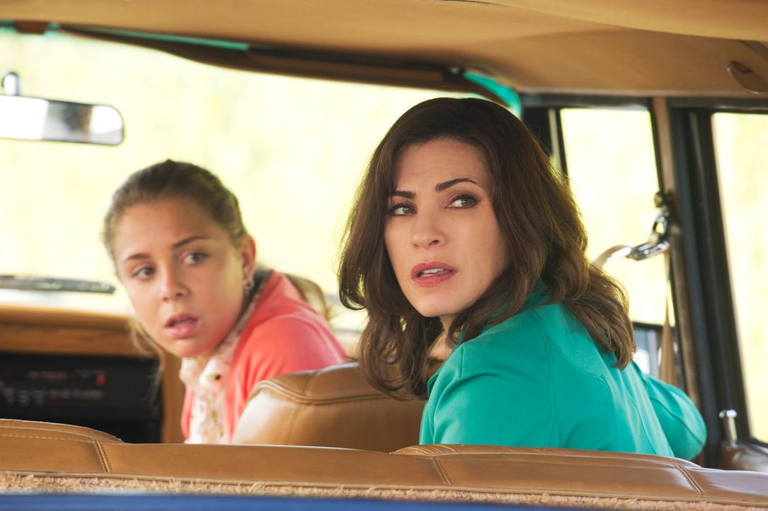Alicia (Julianna Margulies, r.) und Grace (Makenzie Vega, l.) sind geschockt, als ein eifriger Polizist Zach aus dem Verkehr zieht ... - Bildquelle: Jeffrey Neira 2012 CBS Broadcasting, Inc. All Rights Reserved