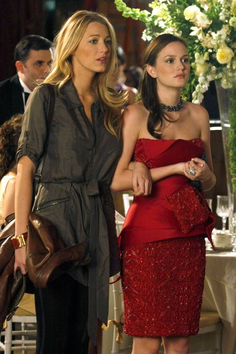 Serena (Blake Lively, l.) und Blair (Leighton Meester, r.), wieder vereint, sind überrascht, dass Nate Jennys Begleitung ist. - Bildquelle: Warner Brothers