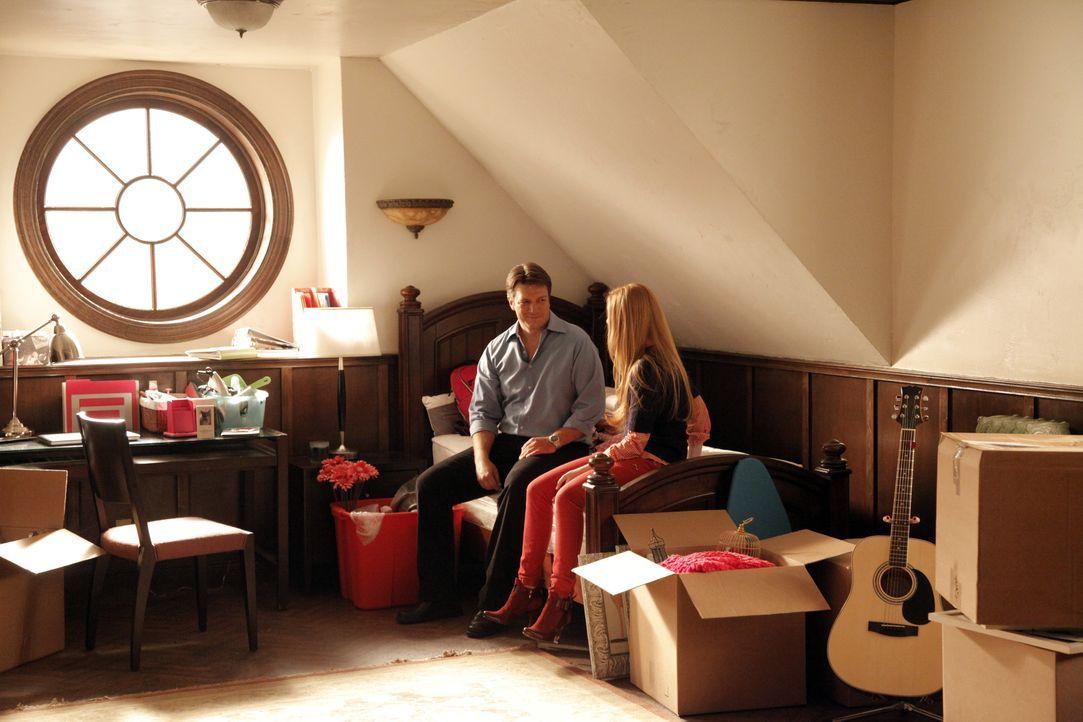 Alexis (Molly C. Quinn, r.) packt ihre Sachen, um ins Studentenwohnheim zu ziehen. Castle (Nathan Fillion, l.) ist besorgt, dass sie viel zu viel mi... - Bildquelle: 2012 American Broadcasting Companies, Inc. All rights reserved.