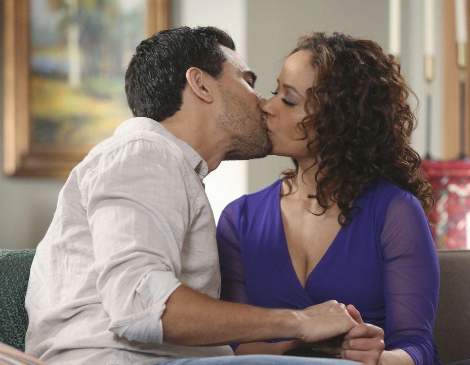 Hat die frische Liebe von Javier (Ivan Hernandez, l.) und Zoila (Judy Reyes, r.) wirklich eine Chance in dem alltäglichen Chaos? - Bildquelle: 2014 ABC Studios