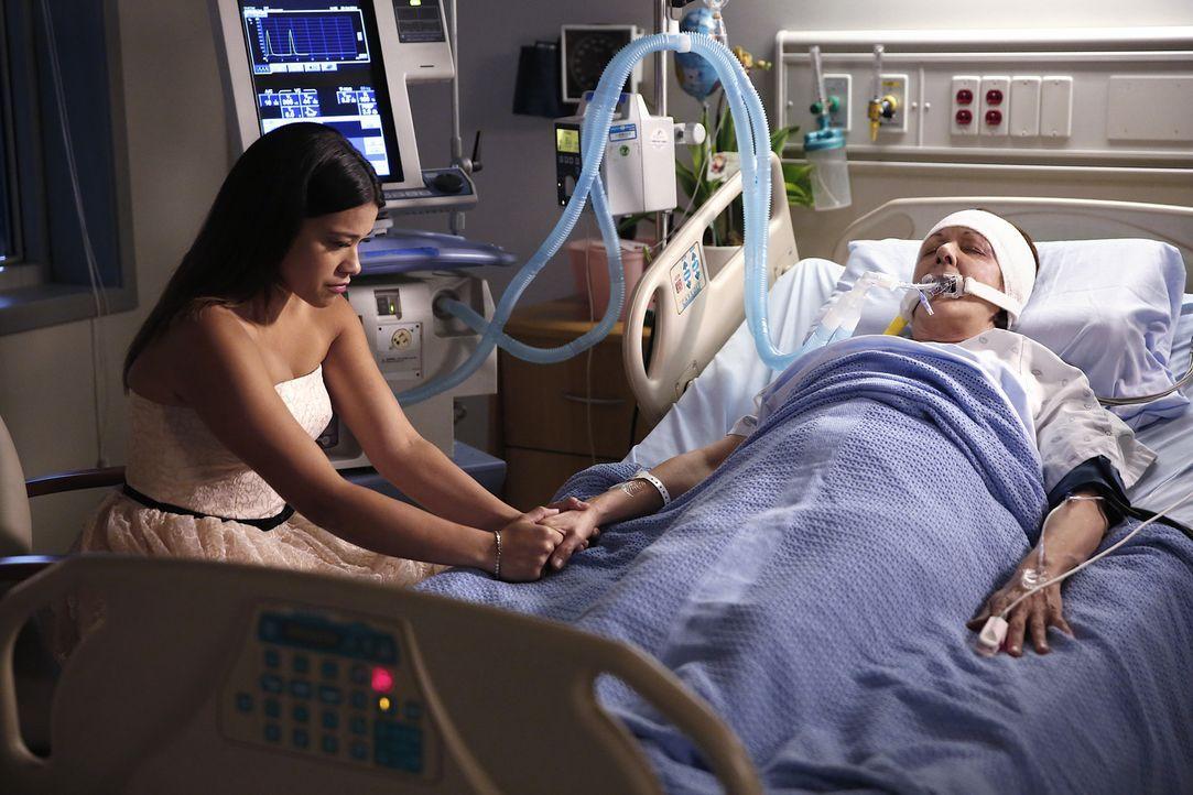 Macht sich große Sorgen um ihre Großmutter Alba (Ivonne Coll, r.): Jane (Gina Rodriguez, l.) ... - Bildquelle: 2014 The CW Network, LLC. All rights reserved.