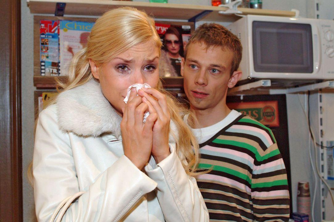 Völlig schockiert über Richards Verhalten, sucht Sabrina (Nina-Friederike Gnädig, l.) Trost bei Jürgen (Oliver Bokern, r.). - Bildquelle: Monika Schürle SAT.1 / Monika Schürle