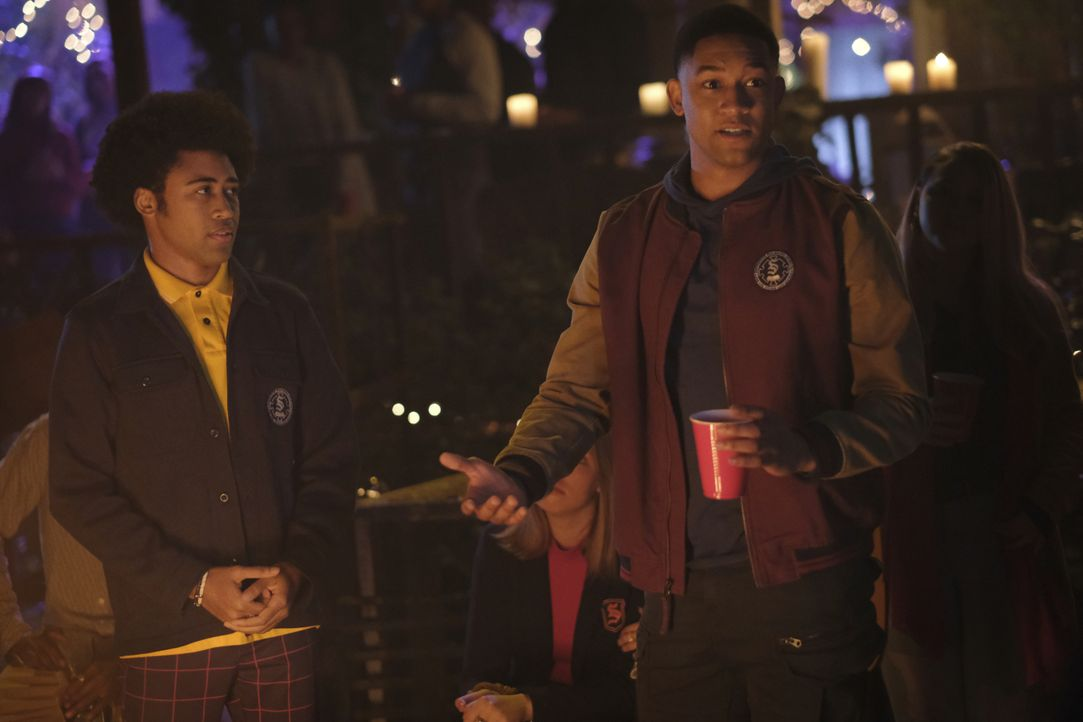 MG Greasley (Quincy Fouse, l.); Rafael Waithe (Peyton Alex Smith, r.) - Bildquelle: 2021 The CW Network, LLC. All rights reserved.