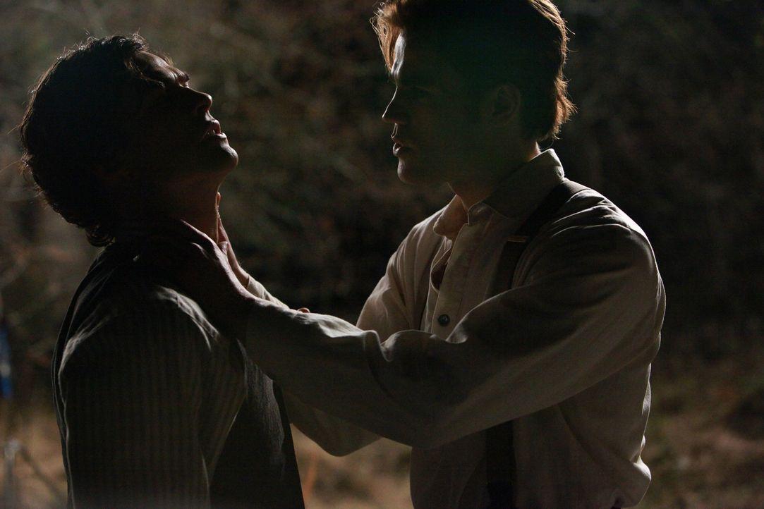 Als Stefans (Paul Wesley, r.) Verwandlung abgeschlossen ist, will er auch seinen Bruder dazubringen, menschliches Blut zu sich zu nehmen ... - Bildquelle: Warner Bros. Television