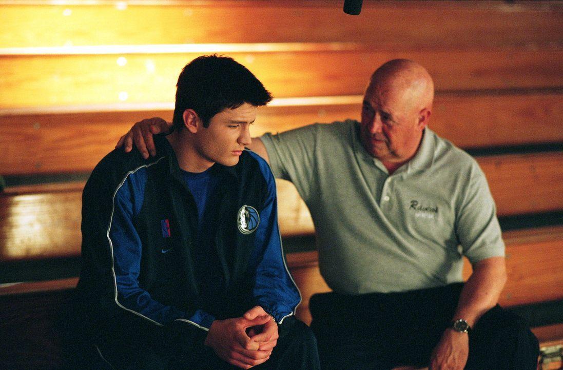 Nachdem Nathan (James Lafferty, l.) auf dem Platz zusammengebrochen ist, beschließt Coach Whitey (Barry Corbin, r.) das Training für eine Weile au... - Bildquelle: Warner Bros. Pictures