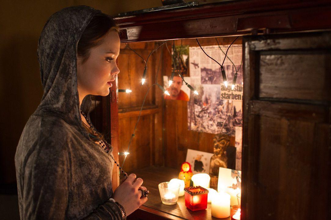 Nach den jüngsten Ereignissen sucht Vanessa (Emilia Schüle) Rat bei ihrem toten Vater ... - Bildquelle: Chris Hirschhäuser TM &   TURNER BROADCASTING SYSTEM. A TIME WARNER COMPANY. ALL RIGHTS RESERVED.