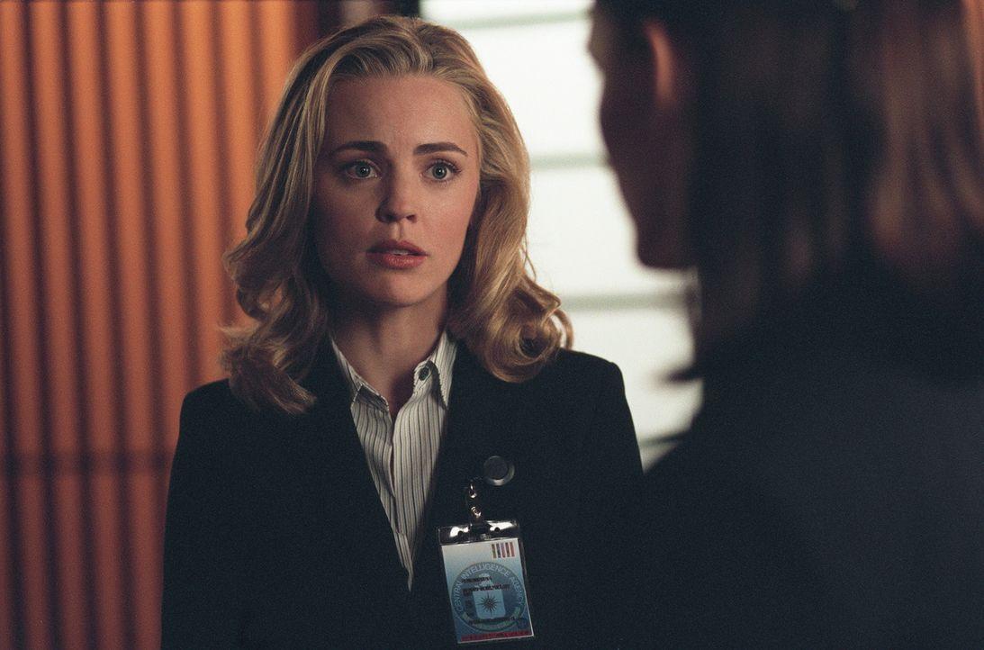 Schock: Sydney (Jennifer Garner, r.) lernt die neue NSC-Verbindungsagentin Lauren Reed (Melissa George, l.) kennen, die zugleich Vaughns Frau ist. - Bildquelle: Touchstone Television
