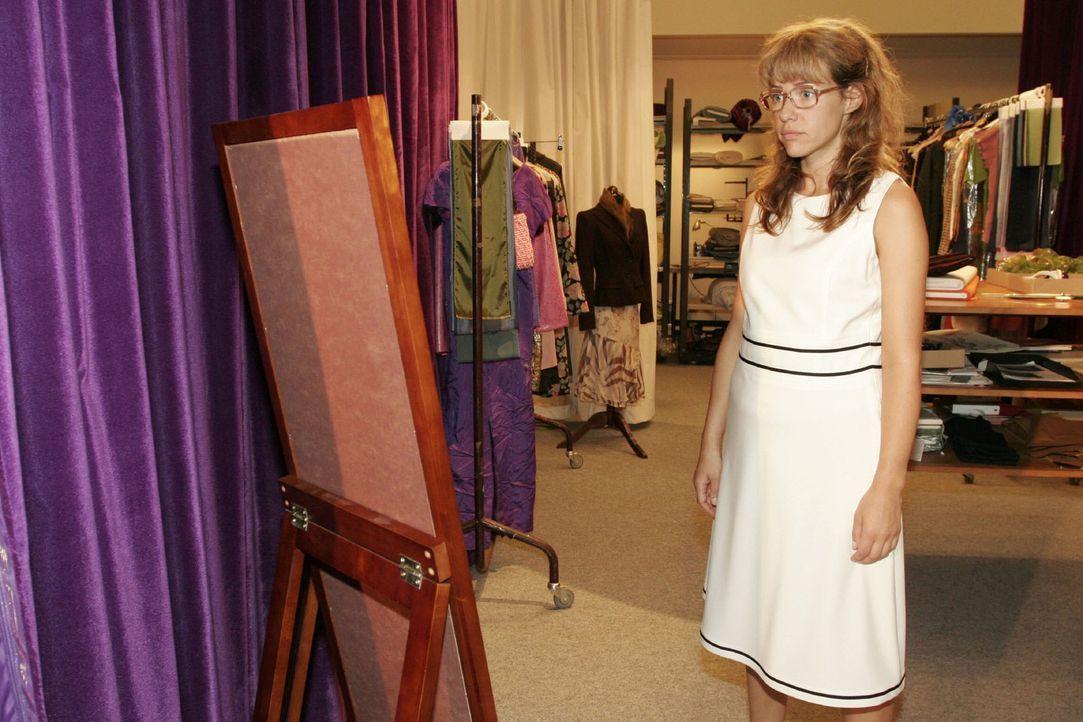 """Nachdem sie von Jürgen als unfraulich bezeichnet wurde, probiert Lisa (Alexandra Neldel) einige Kleider an, um in einem """"sexy"""" Outfit Jürgen beim... - Bildquelle: Noreen Flynn Sat.1"""