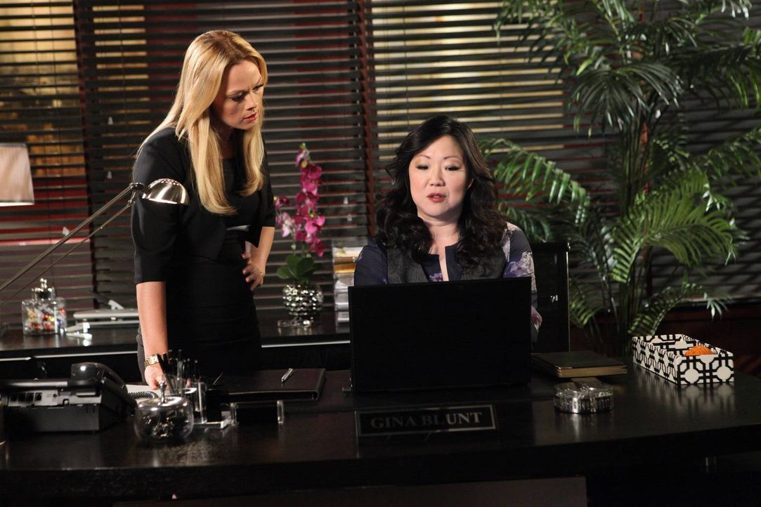 Teri (Margaret Cho, r.) hat interessante Neuigkeiten für Kim (Kate Levering, l.) ... - Bildquelle: 2012 Sony Pictures Television Inc. All Rights Reserved.