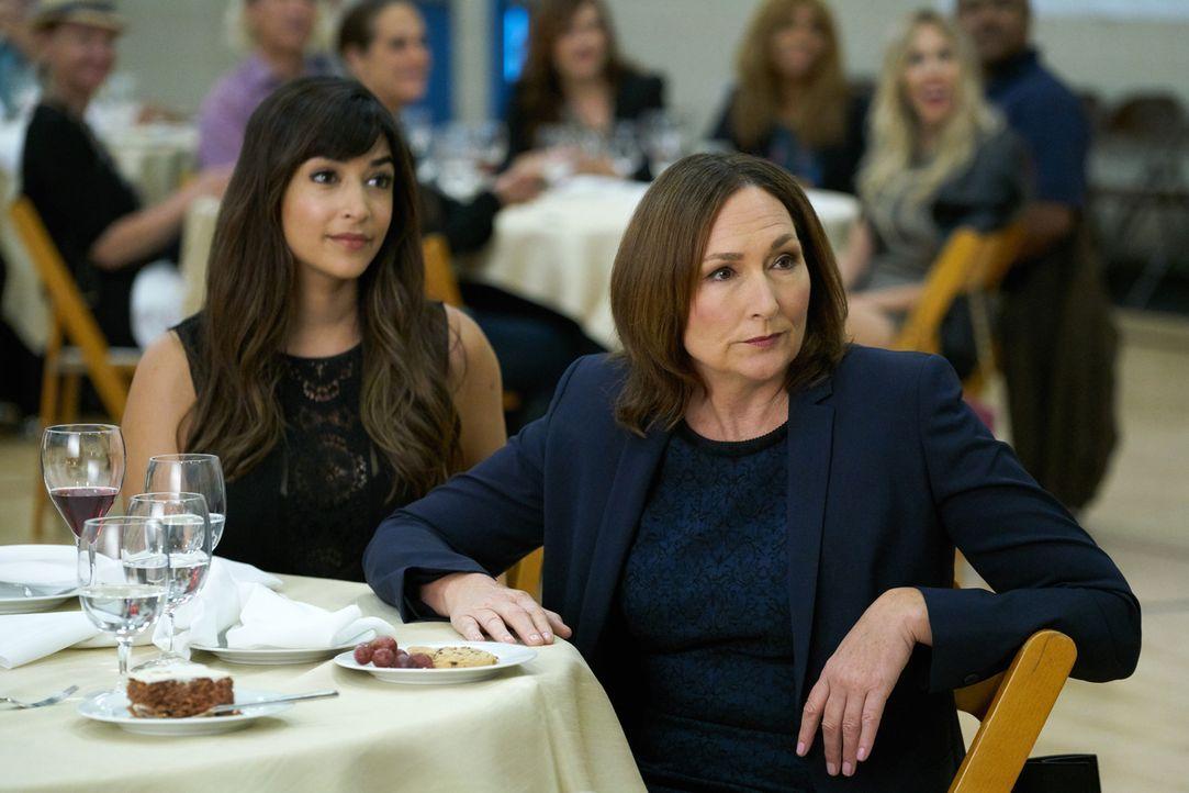 Cece (Hannah Simone, l.) gerät ausgerechnet mit ihrer Schwiegermutter Louise (Nora Dunn, r.) aneinander. Und das auch noch bei einem Ausflug, an dem... - Bildquelle: 2017 Fox and its related entities.  All rights reserved.