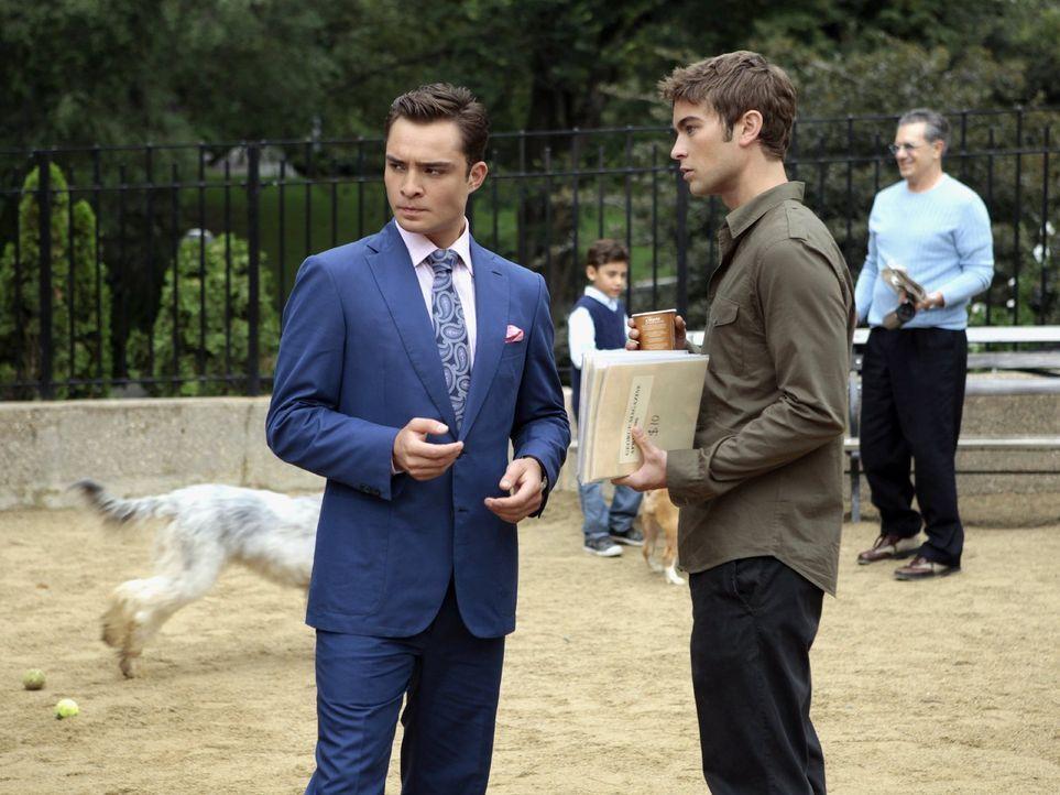 Nate (Chace Crawford, r.) ringt sich dazu durch, Charlie dabei zu helfen, Lilys Safe zu knacken, um an private Unterlagen heranzukommen, während Chu... - Bildquelle: Warner Bros. Television