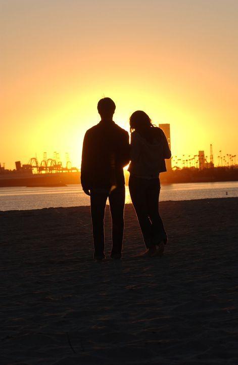 Als Theresa (Navi Rawat, r.) anfängt mehr Zeit in Newport zu verbringen, entdeckt Ryan (Benjamin McKenzie, l.), dass sie nicht ganz ehrlich zu ihm... - Bildquelle: Warner Bros. Television