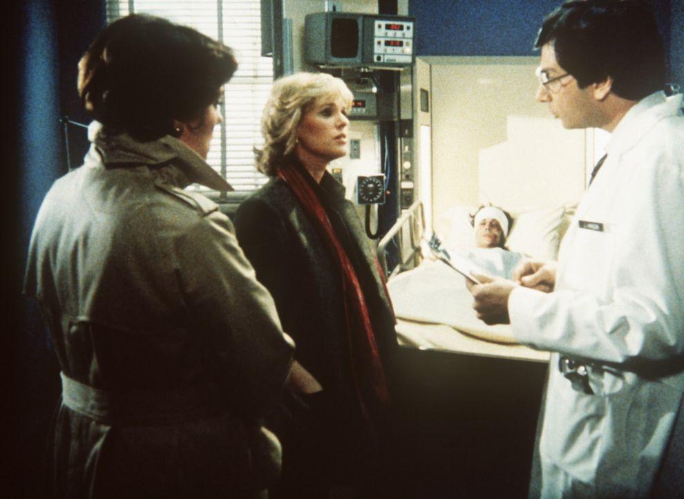 Cagney (Sharon Gless, M.) und Lacey (Tyne Daly, l.) machen sich schwere Vorwürfe. Carol (Kathleen Lloyd, hinten) wurde erneut vergewaltigt. - Bildquelle: ORION PICTURES CORPORATION. ALL RIGHTS RESERVED.