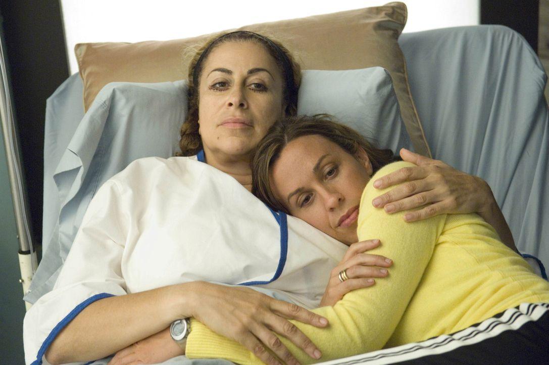 Liz (Roma Maffia, l.) hat sich aus Liebe zu ihrer neuen Freundin Poppy (Alanis Morissette, r.) unters Messer gelegt ... - Bildquelle: TM and   2004 Warner Bros. Entertainment Inc. All Rights Reserved.