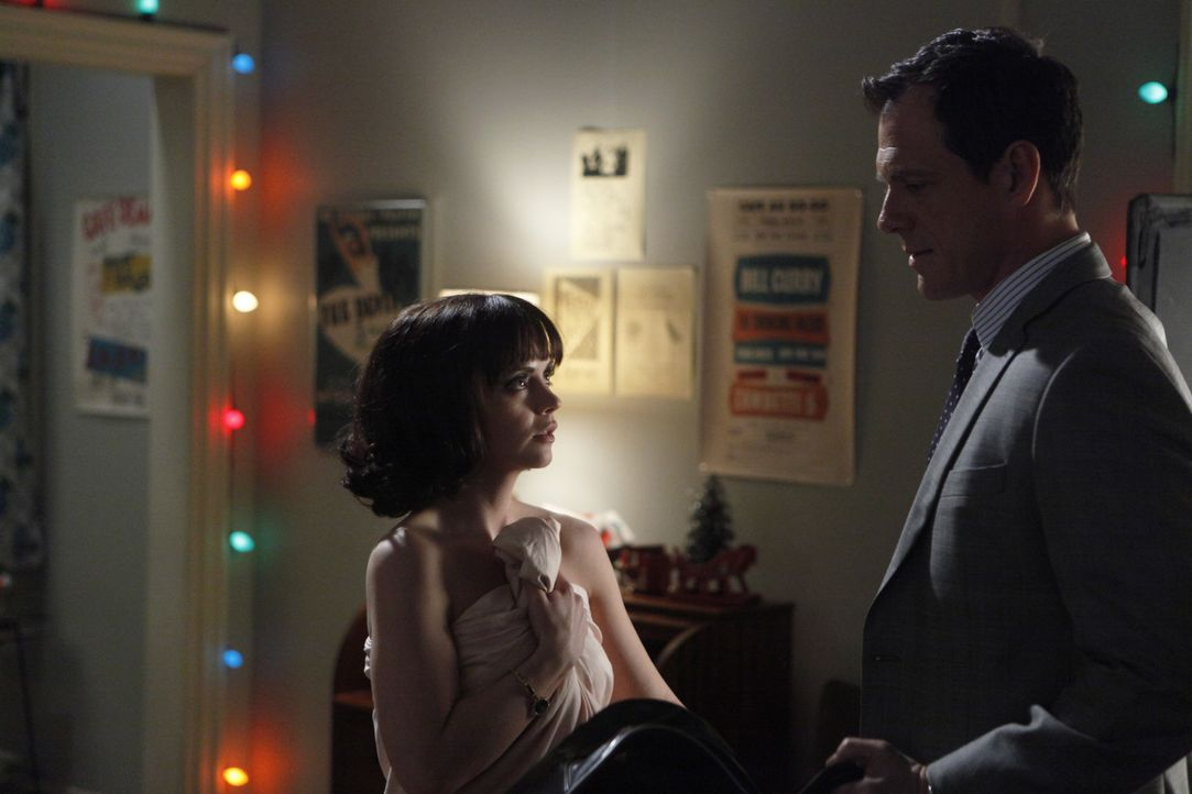 Mit Maggie (Christina Ricci, l.) als Verbündete hat sich Kapitän Jackson (Mark Blum, r.) eine eigenwillige und doch hilfreiche Partnerin gesucht ... - Bildquelle: 2011 Sony Pictures Television Inc.  All Rights Reserved.