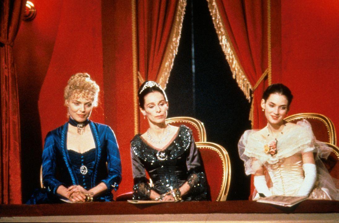 Ellen Olenska (Michelle Pfeiffer, l.), Mrs. Welland (Geraldine Chaplin, M.) und May Welland (Winona Ryder, r.) amüsieren sich in der Oper ... - Bildquelle: Columbia Pictures