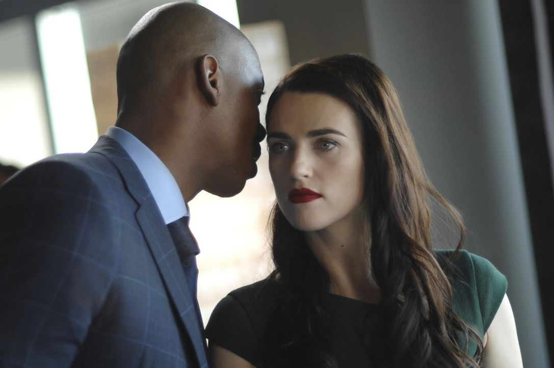 James (Mehcad Brooks, l.); Lena (Katie McGrath, r.) - Bildquelle: Sergei Bachlakov 2018 The CW Network, LLC. All Rights Reserved.
