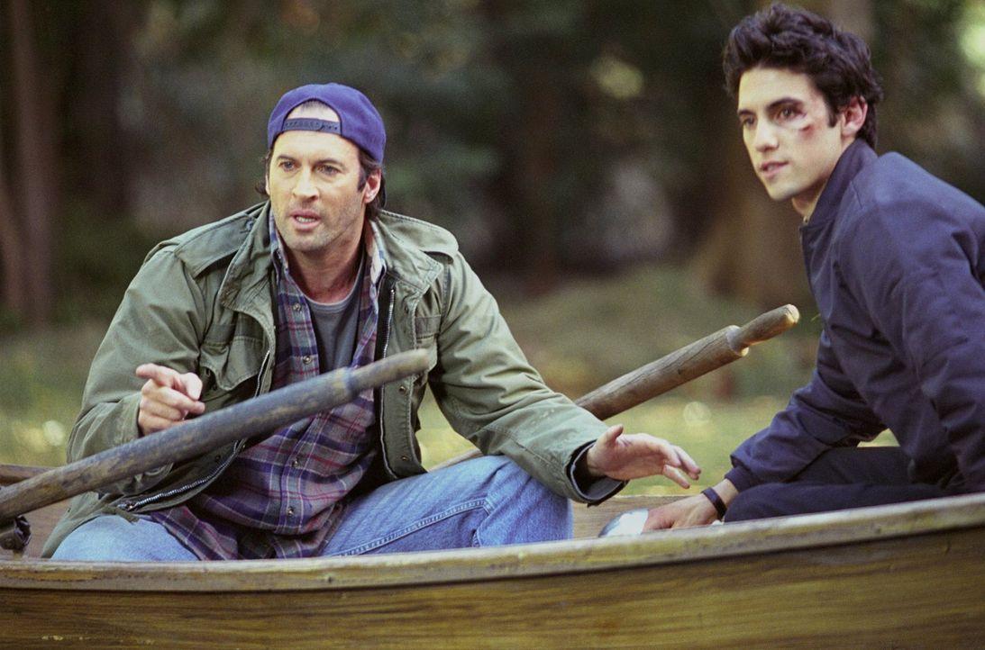 Jess (Milo Ventimiglia, r.) soll zum Gilmore-Abendessen mitkommen, taucht aber viel zu spät und mit einem Veilchen dort auf. Er traut sich jedoch nu... - Bildquelle: 2002 Warner Bros.