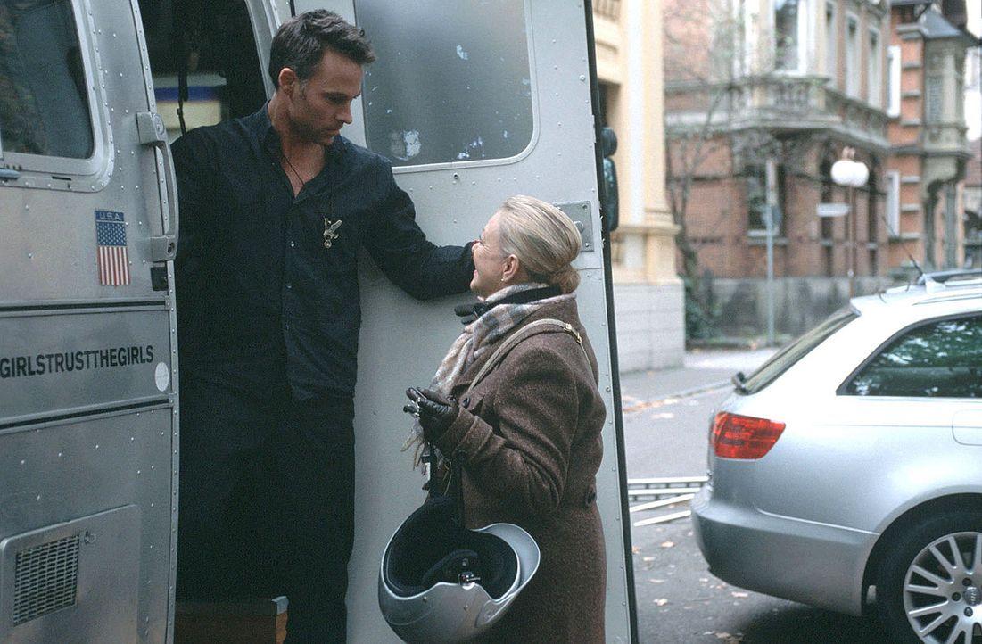"""Robert (Marco Girnth, l.) und Pauls Sekretärin Edna (Barbara Schöne, r.) unterstützen Marie bei ihrem Unternehmen """"Wie verführ' ich meinen Ehema... - Bildquelle: Sat.1"""
