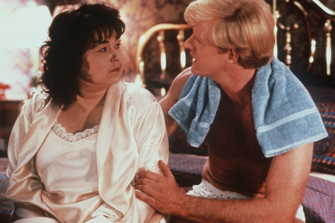 Bob (Ed Begley Jr., r.) erklärt seiner Frau Ruth (Roseanne Barr, l.), warum er sie verlassen möchte ... - Bildquelle: 20th Century Fox
