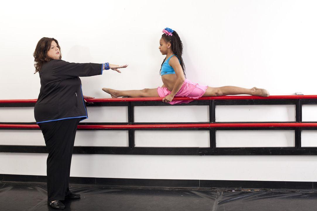 Abby (l.) setzt einige Hoffnungen auf Nia (r.), nachdem Maddie für ihre Gastrolle sogar das Training mit ihrem Team vernachlässigt ... - Bildquelle: Barbara Nitke 2012 A+E Networks