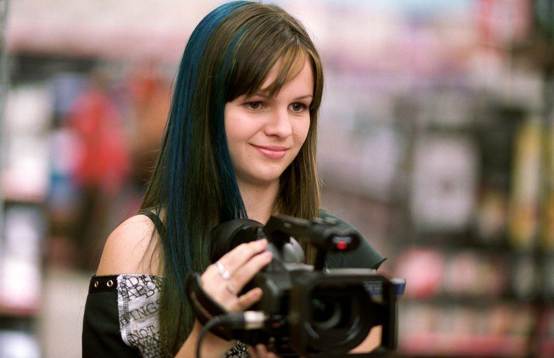 Während ihre Freundinnen den Sommer über verreist sind, bleibt Tibby (Amber Tamblyn) daheim, um in einem Kaufhaus zu jobben und einen Dokumentarfi... - Bildquelle: Warner Bros.