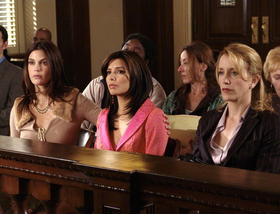 Gespannt verfolgen Susan (Teri Hatcher, l.), Gabrielle (Eva Longoria, M.) und Lynette (Felicity Huffman, r.) Carlos' Gerichtsverhandlung ... - Bildquelle: Touchstone Pictures