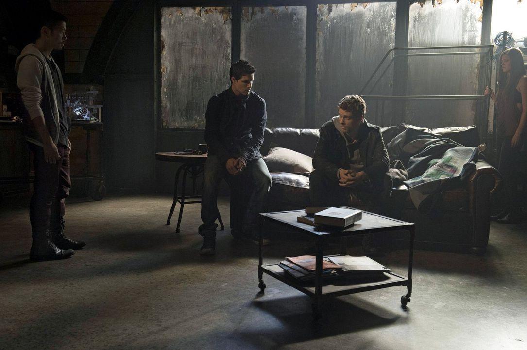 Russell (Aaron Yoo, l.), Stephen (Robbie Amell, 2.v.l.) und Cara (Peyton List, r.) sind sich einig darüber, dass sie McCrane aufhalten müssen und Jo... - Bildquelle: Warner Bros. Entertainment, Inc