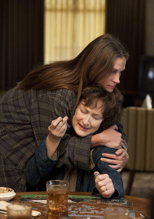 Obwohl der Generationskonflikt zwischen Violet (Meryl Streep, r.) und ihrer Tochter Barb (Julia Roberts, l.) regelmäßig eskaliert, weiß Barb, dass h... - Bildquelle: Claire Folger TOBIS FILM