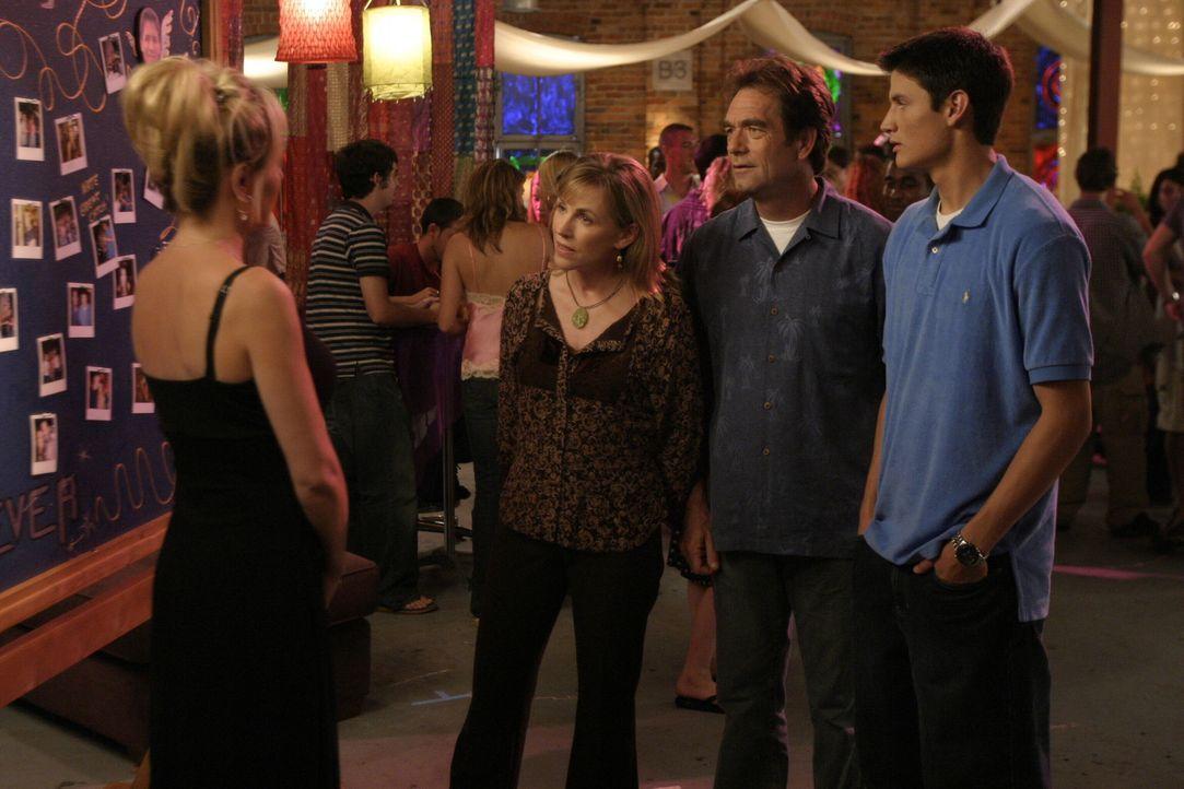 Nicht alle freuen sich über die Hochzeit von Nathan (James Lafferty, r.) und Haley: Deb (Barbara Alyn Woods, l.) kann die Begeisterung von Jim (Hue... - Bildquelle: Warner Bros. Pictures