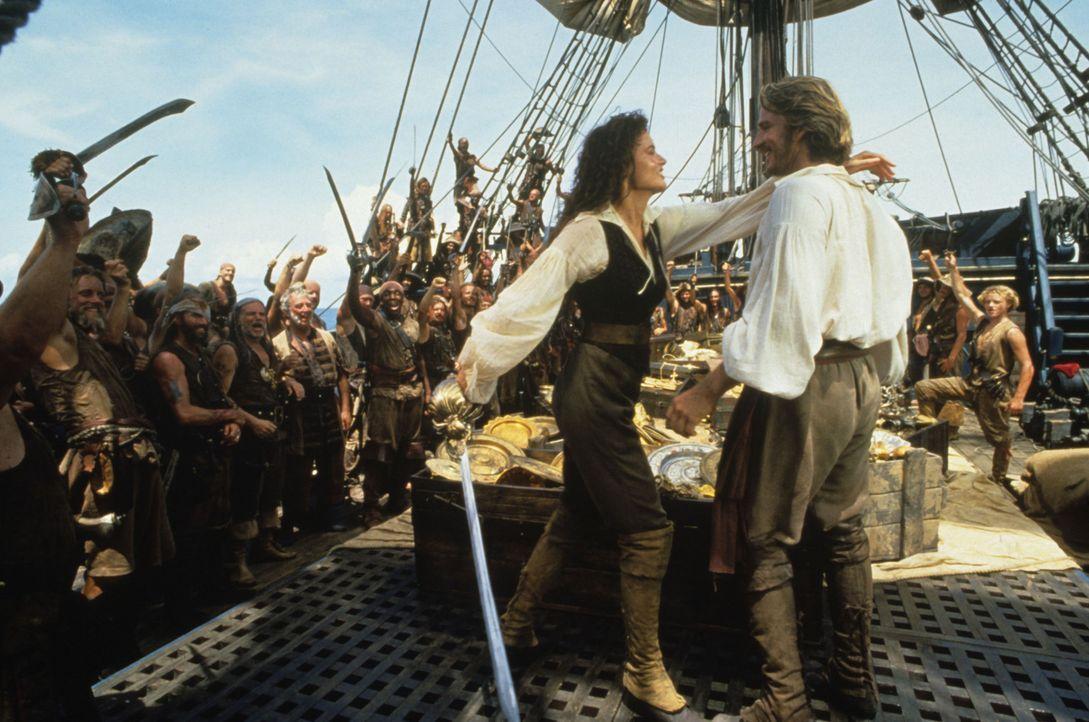 Gemeinsam mit dem Gefangenen William Shaw (Matthew Modine, vorne r.) macht sich die Piratin Morgan (Geena Davis, vorne l.) auf die Suche nach einem... - Bildquelle: VCL Communications