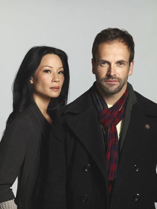 (2. Staffel) - Mit hervorragender Auffassungsgabe versucht Sherlock Holmes (Jonny Lee Miller, r.) neue Kriminalfälle zu lösen. Unterstützt wird e... - Bildquelle: CBS Television