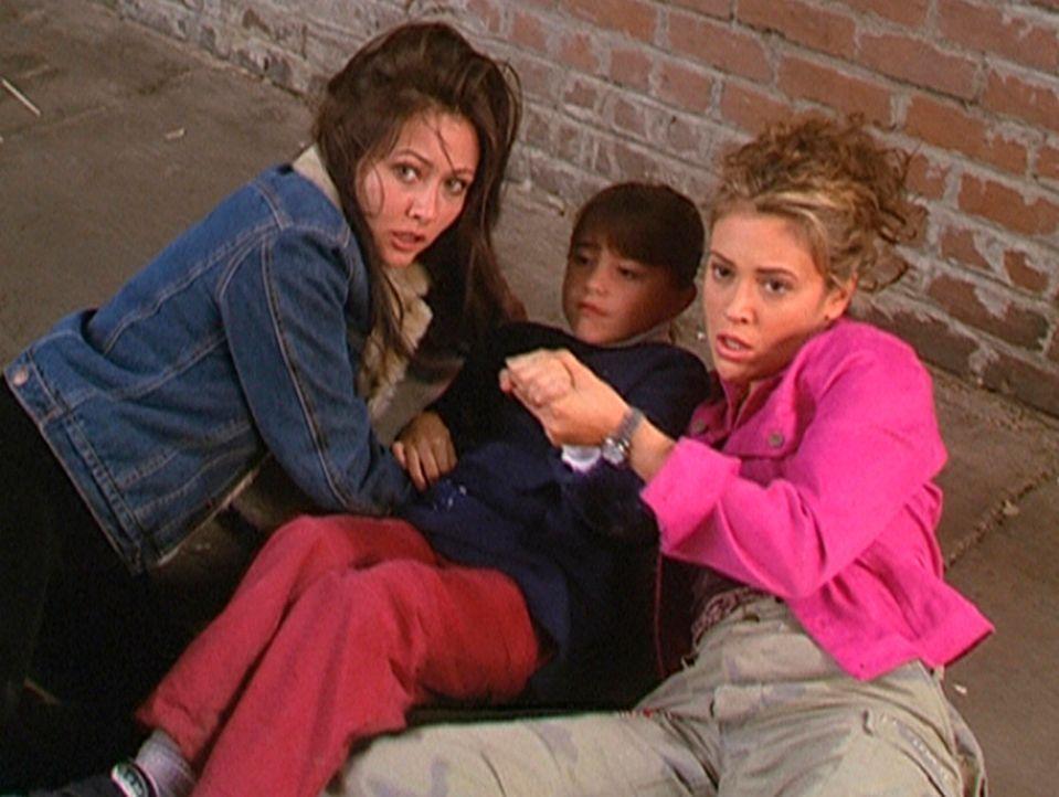 Noch glauben Prue (Shannen Doherty, l.) und Phoebe (Alyssa Milano, r.), ein Kind vor einem Dämon gerettet zu haben. - Bildquelle: Paramount Pictures