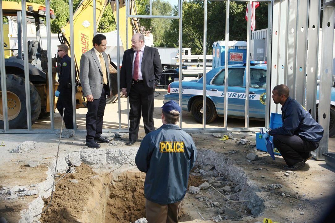 Haben einen aufschlussreichen Fund gemacht: Detective Heredia (José Zuniga, 2.v.l.) und Detective Murphy (Michael Dempsey, M.) ... - Bildquelle: ABC Studios