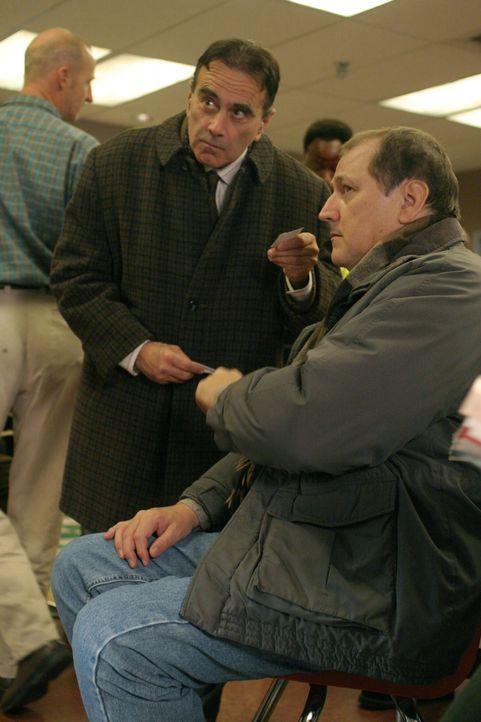 Herb Spivac (Dan Hedaya, l.), ein Rechtsanwalt, der auf der Suche nach neuen Klienten ist, hält sich im Wartebereich des County auf und befragt Larr... - Bildquelle: WARNER BROS