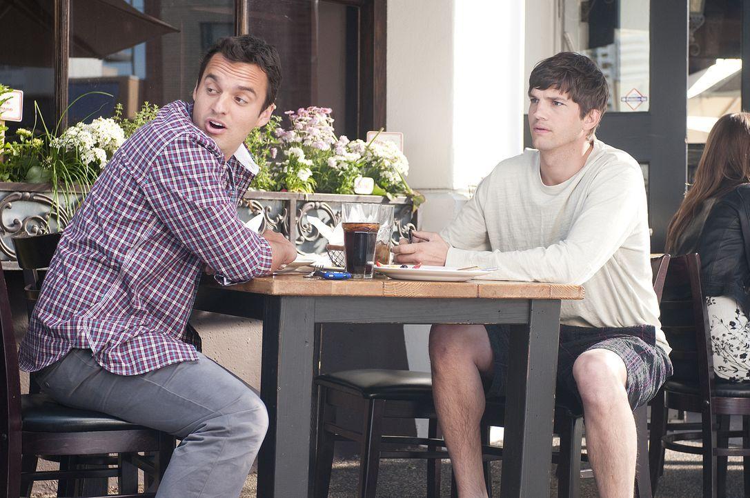 Adams (Ashton Kutcher, r.) Kupel Eli (Jake Johnson, l.) merkt sofort, dass zwischen Adam und Emma etwas mehr läuft als nur reine Freundschaft ... - Bildquelle: Dale Robinette 2011 DW Studios LLC. All Rights Reserved.