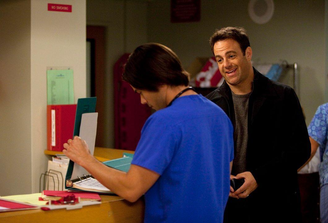 Geraten wegen einer Patientin aneinander: Dr. James Peterson (Matt Long, l.) und Cooper (Paul Adelstein, r.) ... - Bildquelle: ABC Studios
