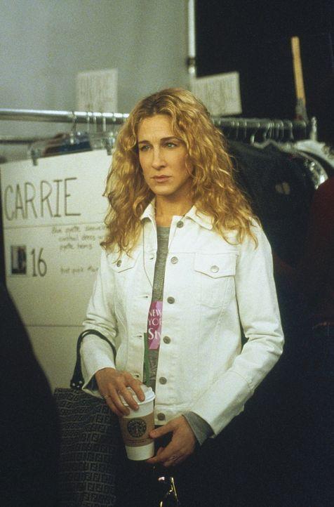 Der Tag der Show steht vor der Tür, und Carrie (Sarah Jessica Parker) muss entsetzt feststellen, dass sie statt des bodenlangen Sommerkleids nicht... - Bildquelle: Paramount Pictures