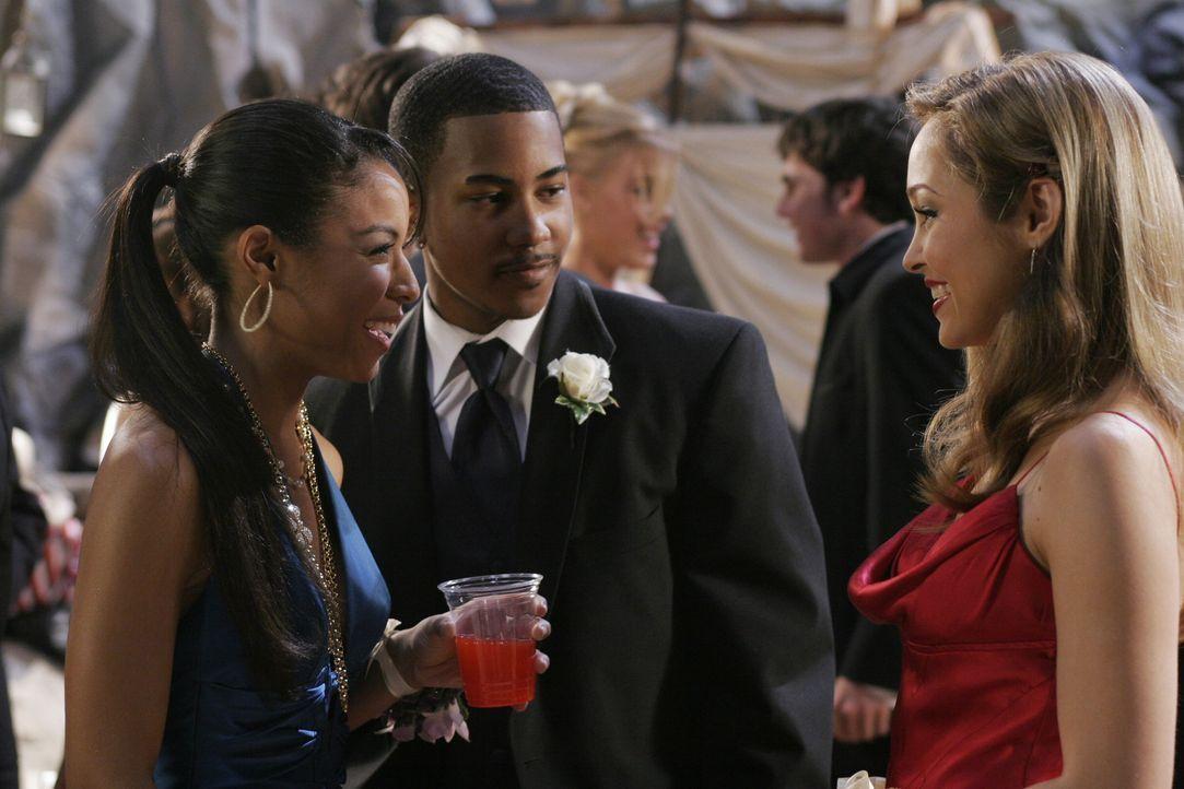 Taylor (Autumn Reeser, r.) freut sich Lisa Tucker (Lisa Tucker, l.) auf dem Abschlussball zu sehen ... - Bildquelle: Warner Bros. Television
