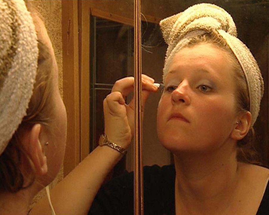 Tochter Annika (18) schminkt sich - Bildquelle: ProSieben